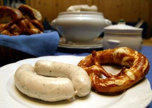 The picture shows two Bavarian veal sausages and a pretzel on a plate in a traditional inn in Munich, Germany, 20 January 2004. The city of Munich supports its butchers and innkeepers, who fight for the producer rights of the famous 'Weisswurst' (Bavarian veal sausage), by joining the 'Association for the Protection of Munich's Weisswurst'. Photo: Matthias Schrader Keywords: Business, Economy_Business_and_Finance, nutrition, nutrition, nutrition, gastronomy, Restaurants_and_Catering, food